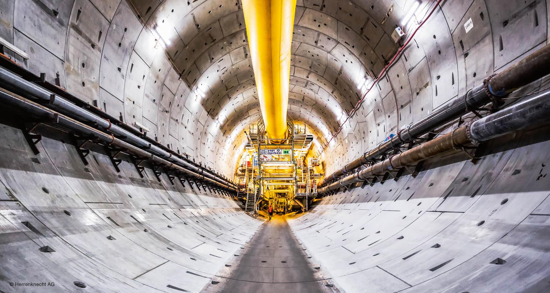 Riesige Tunnelbohrmaschinen schaffen den Weg durch Bergmassive.